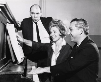 "Från vänster: Sidney Michaels, Ulla Sallert och Mark Sandrich, JR. vid repetition ""Benjamin Franklin In Paris"" 1964."